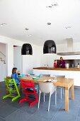 Offene Küche mit Massivholztisch und Bunte Kinderstühle