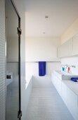 Weisses Bad in Mosaikfliesen mit Nasszelle und Doppelwaschbecken