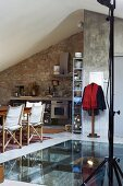 Essplatz vor Bodenausschnitt mit Glaseinsatz in rustikal moderner Küche