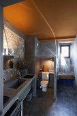 Rustikal modernes Bad mit Natursteinwand und gelb getönter Decke