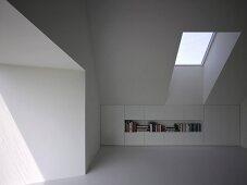 Glatter, weisser Einbauschrank mit Regalfach im Kniestockbereich eines Dachraumes mit Fenster