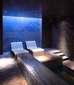 Blaues Licht zur Entspannung in einem edlen Spa