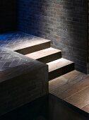 Stufen führen zum Wasserbecken in edlem Spa