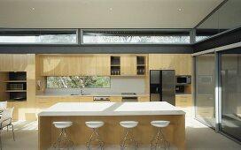 Küchenblock freistehend mit theke  Freistehende Theke mit weisser Tischplatte und Barhockern in ...