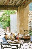 Frühstückstisch auf einer überdachten Terrasse