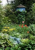 Vogelhaus im üppigen Garten