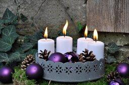 Weihnachtliche Gartendeko: Zinktablett mit Kerzen auf Moos