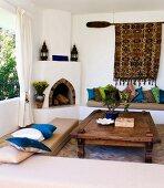 Marokkanisch griechische Einflüsse im Wohnzimmer mit Steinofen und Sitzpolster