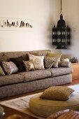 Wohnzimmer mit Polstermöbel und antike Laterne im marokkanischen Stil
