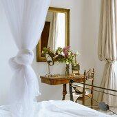 Antiker Schminktisch und Spiegel mit Goldrahmen in Schlafzimmerecke