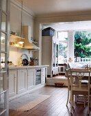 Essplatz in Landhausküche mit Gartenblick