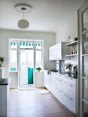 Funktionale Küche mit offener Balkontür