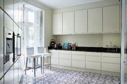 Moderne Küche mit Ornamentmuster auf Fliesenboden