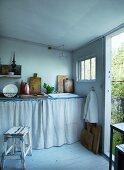 Gartenhäuschen mit schlichter Küche