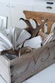 Vintage Holzkiste mit Stoffservietten und Hirschgeweih