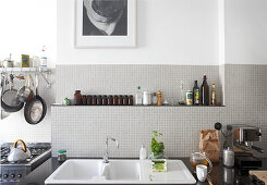 Modern kitchen with retro ambiance - kitchen sink in front of light grey mosaic wall tiles