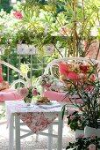 Rattansessel mit Bambustisch auf einem Balkon