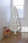 Weisser Weihnachtsbaum aus Sperrholz mit runden Ausschnitten