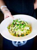 Spaghetti mit geräuchertem Fisch und Saubohnen