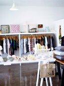 Tassen und Teller, Wohnaccessoire und Mode in einem Geschäft
