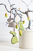 Osterbaum mit Hasen und Eiern geschmückt