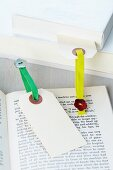 DIY bookmarks made of elastic bands and buttons