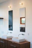 Waschtisch mit zwei Becken und Wandarmatur unter Spiegel