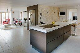 abgerundete k chentheke mit barhockern bild kaufen living4media. Black Bedroom Furniture Sets. Home Design Ideas