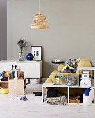Sitzecke mit vielen Aufbewahrungsoptionen durch anbaubare Regalmöbel, Schachteln, Kisten und einfache Metallspinde