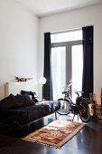 Teppich mit Drachenmotiv vor Gästeliege und E-Bike vor Terrassentür
