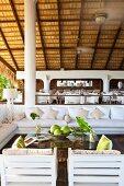 Offener hoher Lounge- und Speisebereich eines exklusiven Hotels mit Bambusdach
