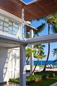 Überdachungen im gepflegten Aussenbereich einer exclusiven Karibik-Lodge