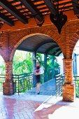 Überdachte Brücke über exotischen Garten