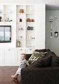 Offener Wohnraum mit Sofa & weisser Regalwand