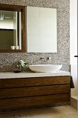 Bad mit Waschtisch, Spiegel & Hängeschrank in Walnussfurnier & mit weissen Hochglanzflächen