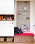 Sitzecke in Kinderzimmer mit Wandbehang aus Stoff als Pinnwand