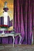 Rokoko Tisch vor violett gemustertem Vorhang und Illustration einer Frau in gleichfarbigem Gewand