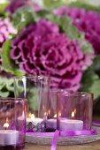 Herbstliche Tischdeko mit Zierkohl und Teelichtern