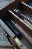 Antike Malerutensilien und Werkzeug in Holzkasten