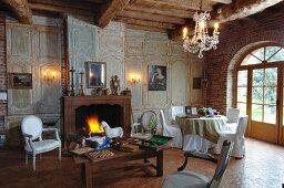Wohnzimmer in alter herrschaftlicher Landvilla mit verblichener Eleganz