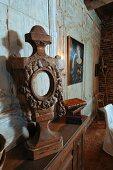 Vintage Holzfigur auf Ablage vor Wand mit verblichenen Holzpaneelen in Wohnzimmer