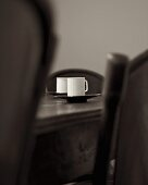Tassen auf Esstisch aus dunklem Holz