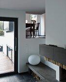 Blick vom Wohnzimmer durch Maueröffnung in das Esszimmer