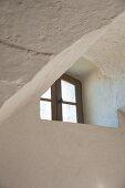 Kleines Fenster mit Sprossen in Mauer