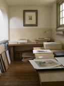 Schwarz-weisse Fotos auf zwei Tischen auf Arbeits-Galerie in historischem Landhaus