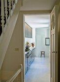 Blick vom Treppenhaus durch die offene Küchentür und Blick auf moderne Küchenzeile