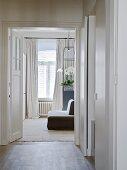 Blick vom Vorzimmer durch offene Tür auf gepolsterte Sitzbank