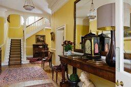 Antike Möblierung in Eingangshalle eines englischen Landhauses aus dem 18. Jahrhundert