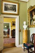 Goldgerahmte Gemälde und Männerbüste auf Marmorsockel neben Türflucht in englischem Herrenhaus