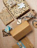 Geschenkverpackungen in warmen Brauntönen aus alten Kreuzworträtseln, bedruckt mit Ministempeln oder verziert mit aufgemalten Schlüsselumrissen